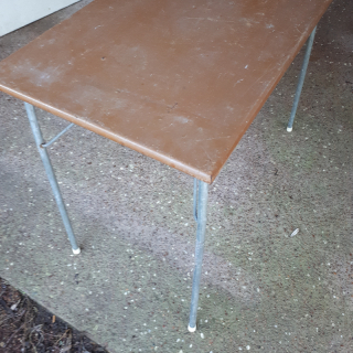 Collapsable metal table